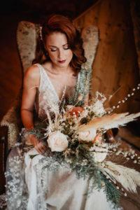 Braut Brautkleid Brautstrauß Winterhochzeit Hof Frien