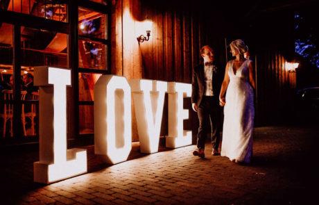 Love Leuchtbuchstaben vor der Festscheune